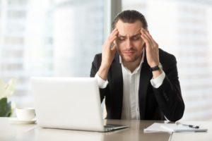 anksiyeteli adam iş yerinde atak geçiriyor